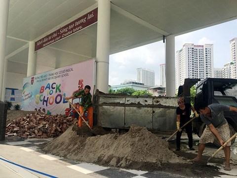 UBND TP. Hà Nội yêu cầu làm rõ vụ việc đổ cát, gạch vào sân Trường Tiểu học, Trung học cơ sở Pascal trước thềm năm học mới.