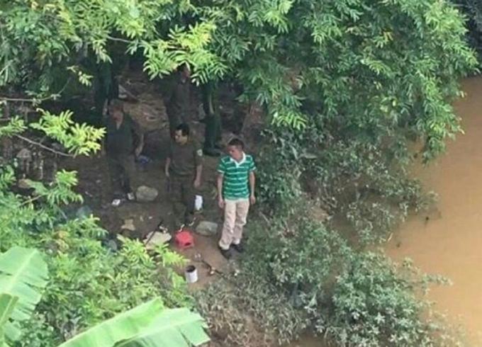 Lực lượng công an tìm kiếm thi thể nạn nhân tại khu vực chân cầu Sông Máng.
