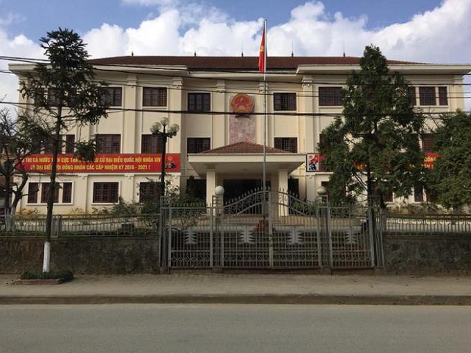 Trụ sở UBND huyện Sa Pa nơi xảy ra việc cưỡng chế thu hồi giải phóng mặt bằng dự án Chợ văn hóa - Bến xe khách thị trấn Sa Pa có nhiều uẩn khúc cần được làm rõ.