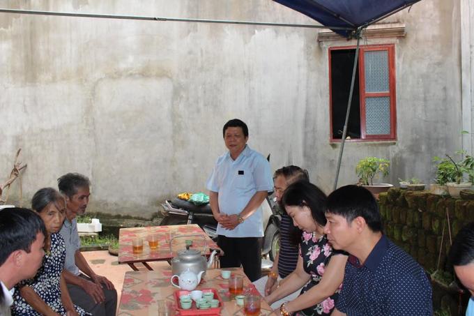 Ông Nguyễn Văn Mạnh - Chủ tịch UBND huyện Thanh Sơn, tỉnh Phú Thọ động viên gia đình nạn nhân vượt qua nỗi đau.