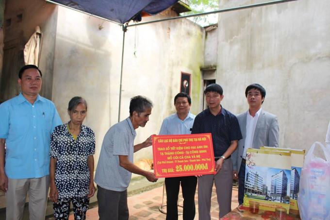 Đoàn thiện nguyện doông Nguyễn Thanh Hải, CLB Báo chí Phú Thọ tại Hà Nội trao sổ tiết kiệm 25 triệu đồng cho bố mẹ nạn nhân.