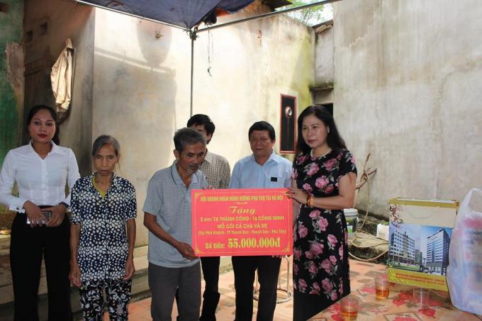 Hội Doanh nhân Hùng Vương trao tặng 55 triệu đồng cho gia đình nạn nhân.