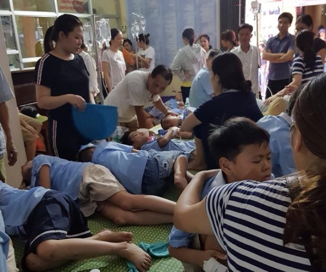 Hàng trăm học sinh ở Ninh Bình nhập viện sau bữa trưa tại trường.