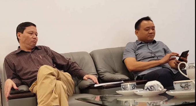 Ông Cao Đức Đại, Phó tổng Giám đốc phụ trách Công ty TNHH Một thành viên Quản lý và Phát triển nhà Hà Nội (bên phải) làm việc với phóng viên Phapluatplus.vn.