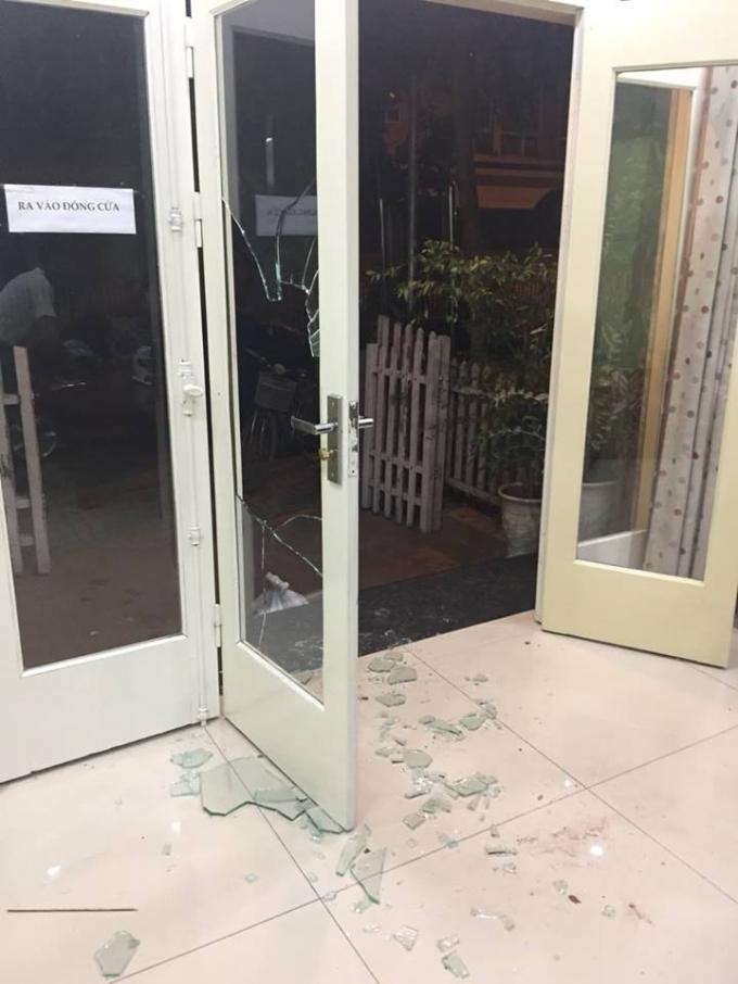 Toàn bộ cửa kính của gia đình chị Huấn bị anh Quang Tuân (hàng xóm) đập vỡ.