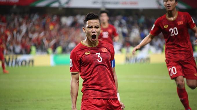 Việt Nam (đỏ) giành vé vào vòng 1/8 đầy kịch tính nhờ ít hơn đối thủ 2 thẻ vàng.