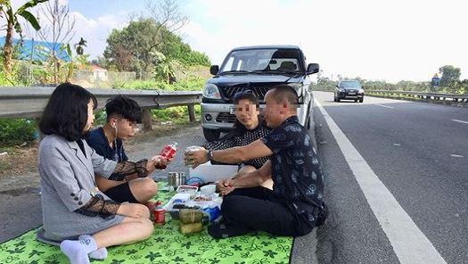 Gia đình 4 người ngang nhiên dừng xe mở tiệc trên cao tốc Nội Bài - Lào Cai.