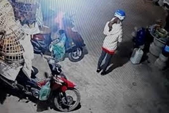 Hình ảnh nữ sinh Cao Thị Mỹ Duyên trước khi đi giao gà.