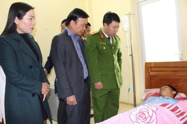 Lãnh đạo Công an tỉnh Sơn la và lãnh đạo huyện Mộc Châu thăm hỏi đồng chí Mạnh.