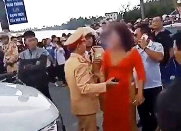 Mẹ chú dể ngang nhiên bật lại cảnh sát giao thông khi đang làm nhiệm vụ. (Ảnh cắt từ clip).