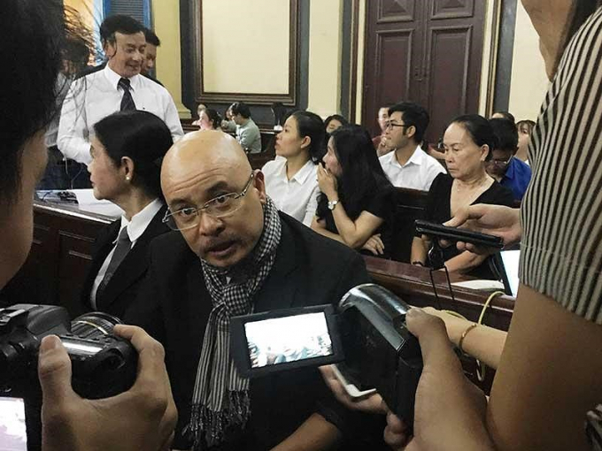 Ông Đặng Lê Nguyên Vũ trong vòng vây báo chí.