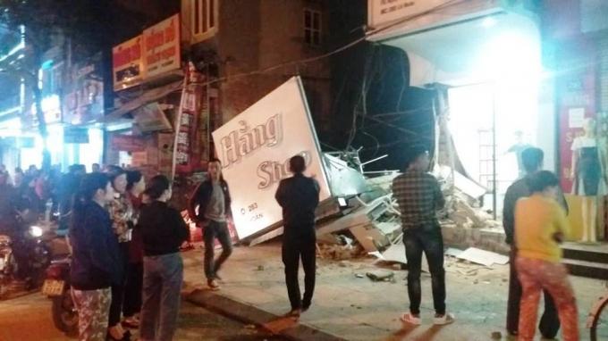 Hiện trường ngôi nhà 2 tầng bị sập trong đêm làm nhiều người dân kinh hãi.