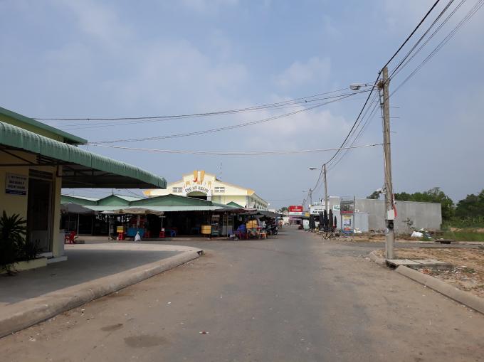 Chợ Mỹ Khánh thuộc dự án Khu dân cư trung tâm xã Mỹ Khánh đã được đưa vào sử dụng từ cuối năm 2016 để kịp tiến độ nông thôn mới theo chủ trương của tỉnh An Giang.