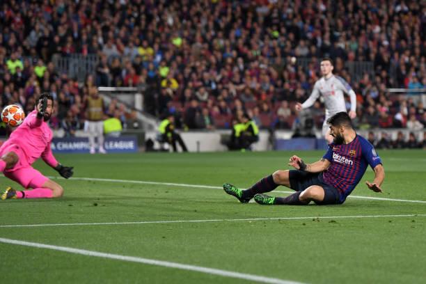 Luis Suarez khôn khéo thoát khỏi sự bám đuổi của Van Dijk và Matip để ập vào đệm bóng tung lưới Alisson ở cự ly gần