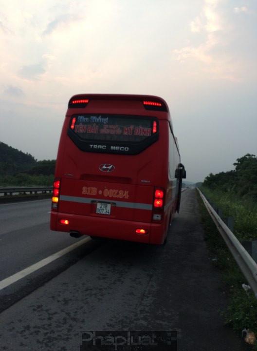 Nhà xe Thu Thắng ngang nhiên chở quá số người quy định, chèo kéo hành khách, chạy sai luồng tuyến để né trạm CSGT trên cao tốc Nội Bài Lào Cai.