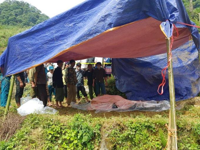 Thi thể ông Giàng Seo Lử bị mắc kẹt ở Lào Cai đã được lực lượng cứu hộ đưa ra ngoài