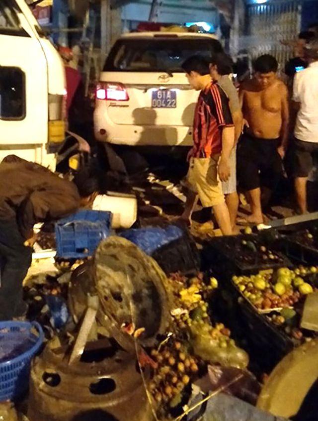 Hiện trường vụ xe biển xanh của CSGT gây tai nạn khiến người bán trái cây tử vong.