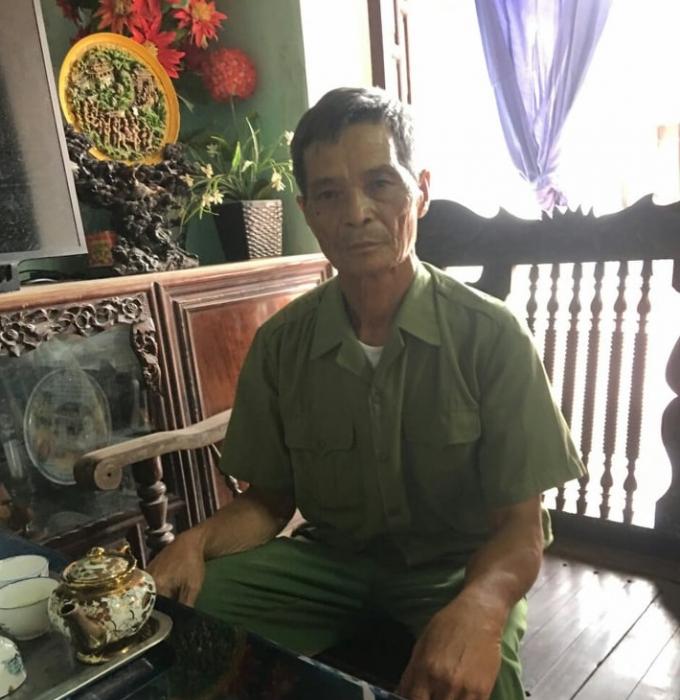 Bệnh binh Vũ Văn Cứ trao đổi với PV Báo Pháp luật Việt Nam về việc bỗng dưng ông bị Phòng LĐTBXH huyện Tiên Lữ truy thu quyết định, thẻ bệnh binh và số tiền trợ cấp mà ông được hưởng.