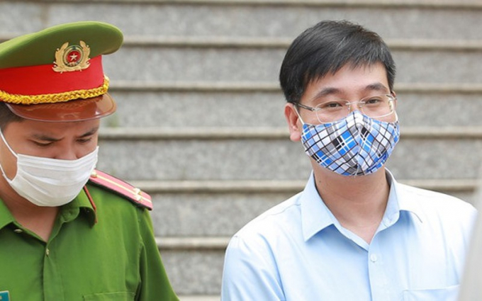 Bị cáo Khương Ngọc Chất - Cựu Trưởng phòng PA83 (bên phải).