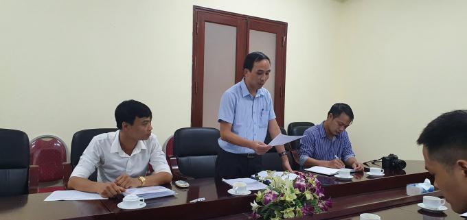 Ông Lê Tất Thành (áo cọc xanh) Phó viện hoá học trưởng viện hoá học các hợp chất thiên nhiên Viện hàn lâm khoa học và công nghệ Việt Nam làm việc với phóng viên.