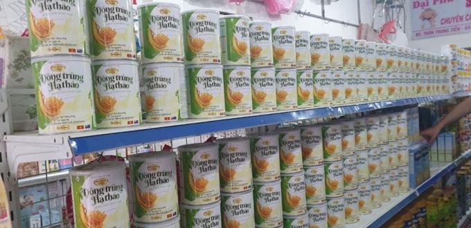 Sữa bột Đông Trùng Hạ Thảo Hồng Sâm Ngọc Linh được bày bán trên thị trường.