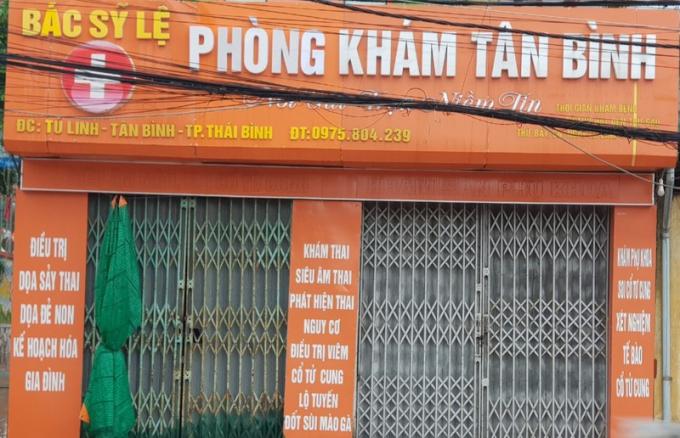 Ngoài công việc ở cơ quan, đối tượng Lệ còn mở thêm Phòng khám Sản tại nhà riêng (thôn Tú Linh, xã Tân Bình). Từ hôm bị điều tra phòng khám của bà Lệ hiện đang đóng cửa.