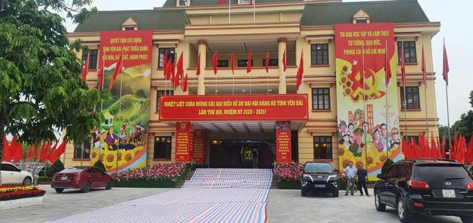 Khẩu hiệu và biểu tượng ngọn đuốc rực sáng chào mừng Đại hội XIX Đảng bộ tỉnh được trang trí nổi bật tại Trung tâm Hội nghị tỉnh - nơi sẽ diễn ra Đại hội.