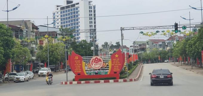 Những tuyến phố đã lát vỉa hè vàtrang trícờ phướndọc các tuyến đường khu trung tâm thành phố Yên Bái.