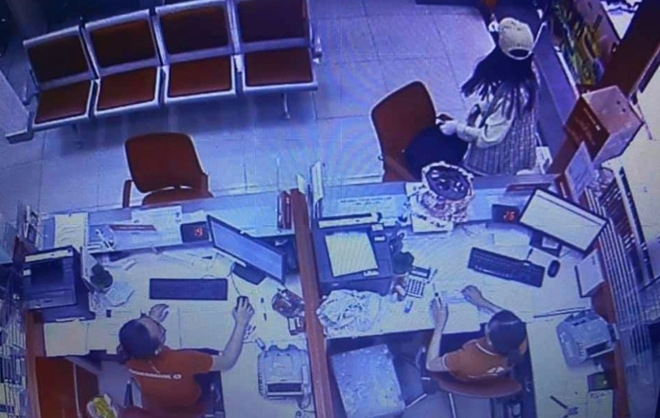 Hình ảnh nữ nghi phạm cướp ngân hàng bị camera an ninh ghi lại.