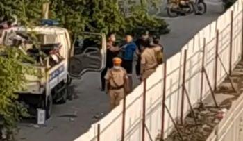 Hình ảnh lực lượng Cảnh sát giao thông Hà Nội trấn áp nam thanh niên về trụ sở Công an phường Minh Khai.