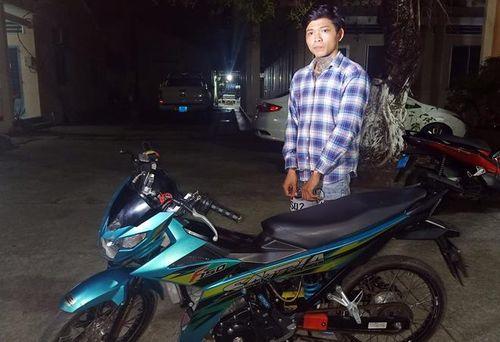 Đối tượng Thành cùng chiếc xe mô tô là tang vật trong vụ cướp tài sản xảy ra tại Cà Mau.