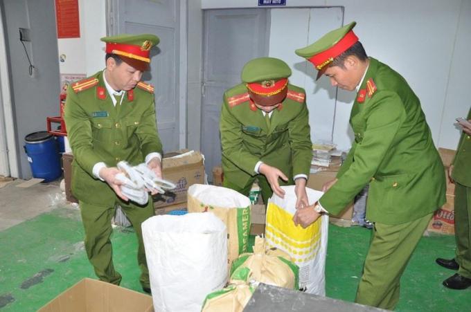 Phòng Cảnh sát kinh tế Công an tỉnh Hải Dương phối hợp các đơn vị chức năng tiến hành lệnh khám xét khẩn cấp chỗ ở, nơi làm việc, nơi sản xuất, kho chứa hàng của Công ty TNHH sản xuất thương mại quốc tế CIO