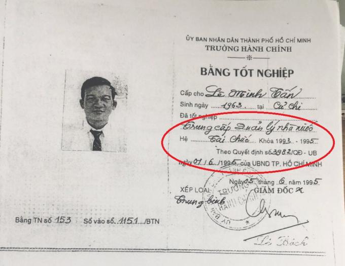 Ngày 09/01/2003 mới có bằng cấp 3 nhưng trước đó ông Tấn đã là huyện uỷ viên, giữ chức trưởng phòng, học cao cấp lý luận chính trị, cử nhân Quản lý Nhà nước