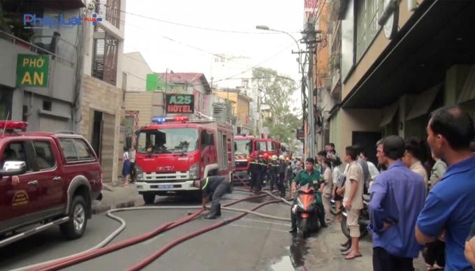 Gần 10 xe chữa cháy chuyên dụng đã được huy động.