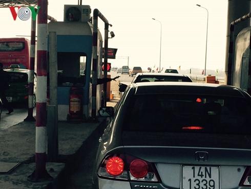 Nhiều lái xe rất bức xúc vì bị giam chân quá lâu trước trạm thu phí. Qua trạm thu phí Pháp Vân - Cầu Giẽ thực sự là nỗi kinh hãi của nhiều người.