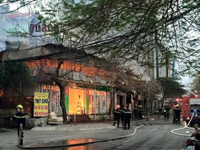 Hiện trường vụ cháy tại phố Nguyễn Khang.