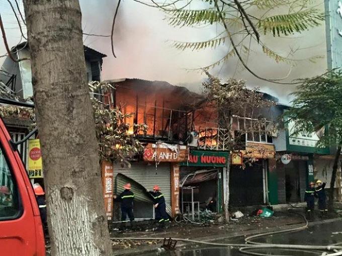 Đám cháy lan rộng ra các căn nhà cạnh đó.