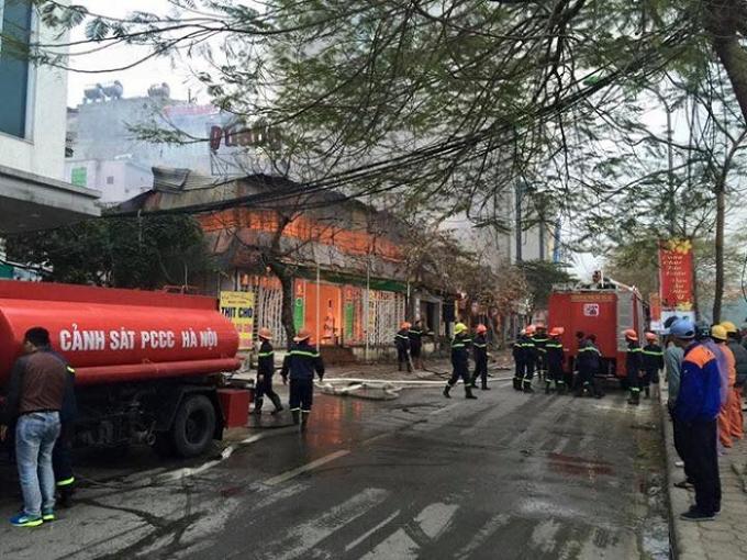 Hơn 10 xe chữa cháy chuyên dụng tham gia dập tắt vụ cháy.