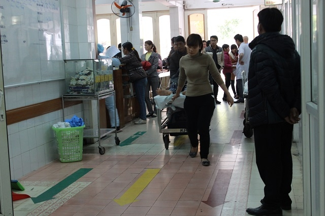 Cả bác sĩ lẫn người nhà đều trong tình trạng vội vàng và hối hả chạy chữa cho bệnh nhân.