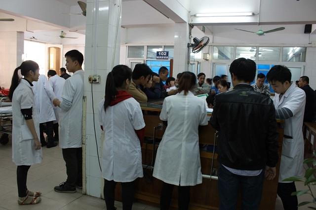 Những ngày Tết, bệnh viện Việt Đức lúc nào cũng trong tình trạng quá tải.