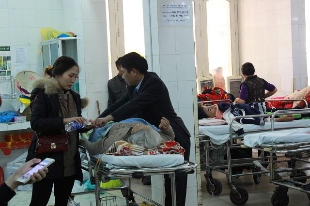 Phòng cấp cứu đã kín đặc giường, bệnh nhân phải nằm cả ở ngoài hành lang.