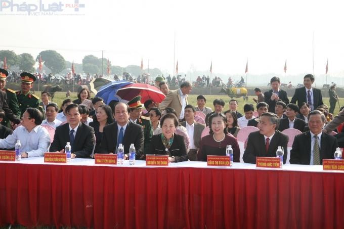 Phó Chủ tịch nước Nguyễn Thị Doan, lãnh đạo các Bộ, ngành Trung ương, tỉnh Hà Nam, các tỉnh bạn cùng hàng nghìn người dân và du khách thập phương đã tham dự lễ hội.