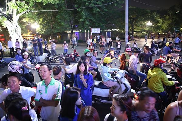 Hàng trăm người tham gia giao thông dừng lại xem tỏ tình gây ùn tắc giao thông.