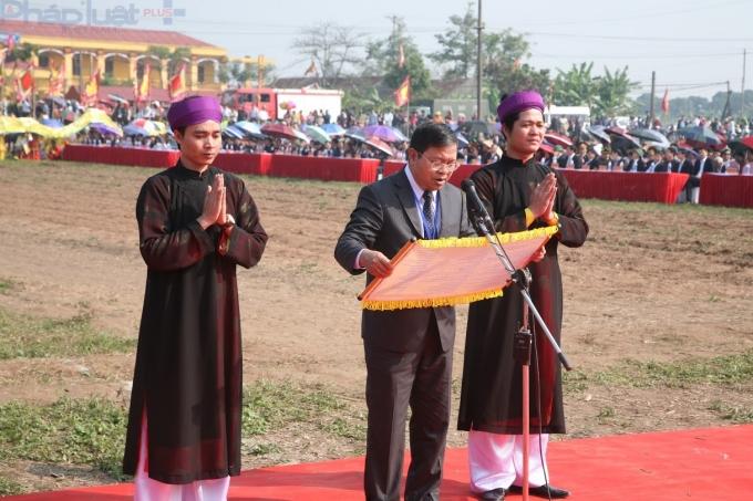 Ông Nguyễn Xuân Đông, Phó Bí thư Tỉnh ủy, Chủ tịch UBND tỉnh Hà Nam đọc Văn tế.