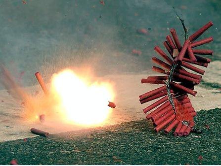 Hành vi đốt pháo không chỉ bị xử phạt hành chính mà còn có thể bị xử lý hình sự khi gây hậu quả nghiêm trọng (ảnh minh họa).