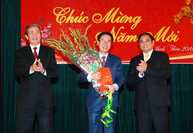 Ông Đinh Thế Huynh (bên trái) và ông Phạm Minh Chính (bên phải) trao Quyết định, tặng hoa chúc mừng ông Võ Văn Thưởng đảm nhiệm cương vị Trưởng Ban Tuyên giáo Trung ương. Ảnh: Doãn Tấn - TTXVN