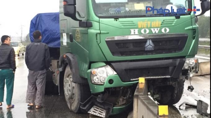 Xe Howo bị hư hỏng nặng phần đầu.