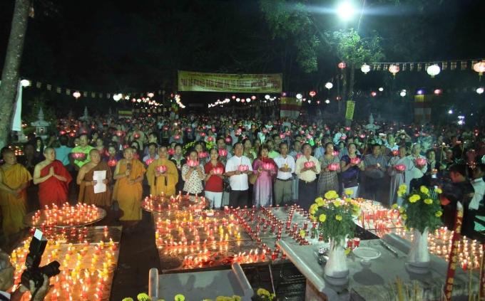 Tại buổi lễ đại chúng được nghe thời pháp về ý nghĩa và lợi ích của Lễ cúng đèn.