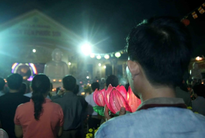 Nhiều người tham dự buổi lễ hiểu ý nghĩa của việc cúng đèn.