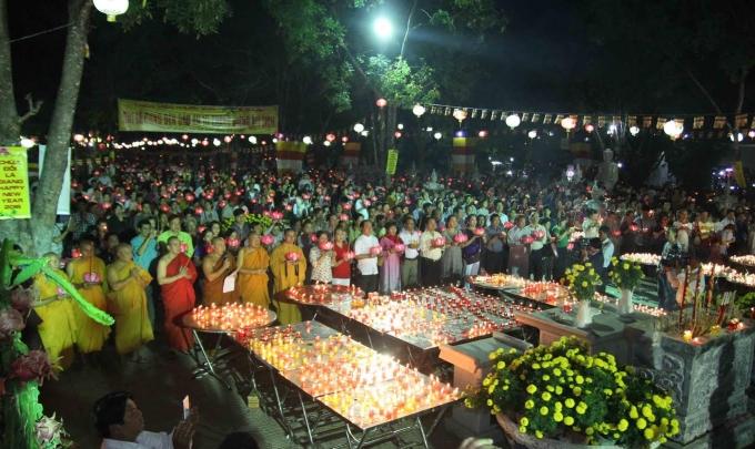 Lễ hội cúng đèn để nhắc lại về câu chuyện cúng dường đèn cao quý.